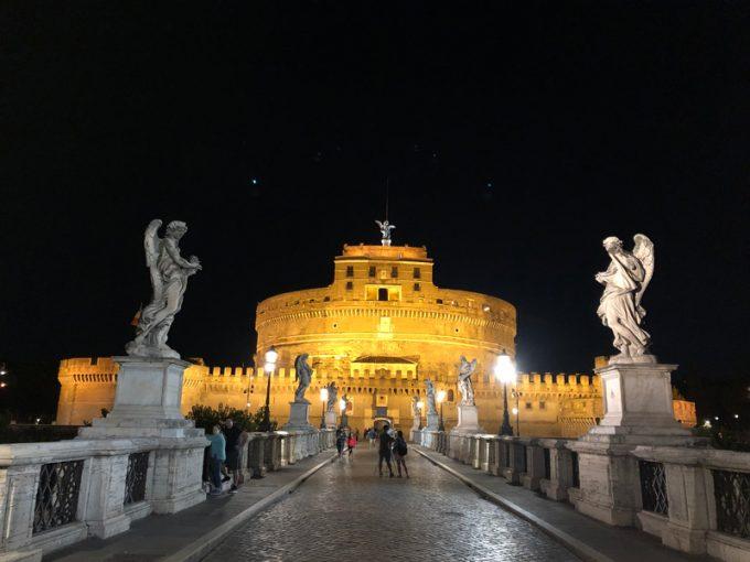 暗闇に輝く「サンタンジェロ城」
