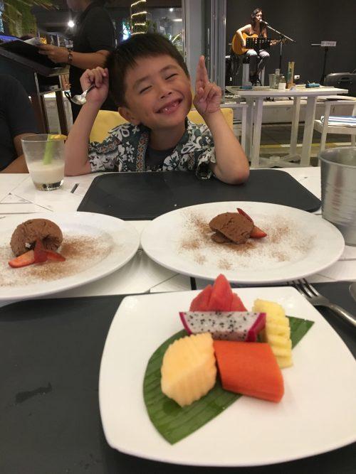 ホテルのディナーのデザート