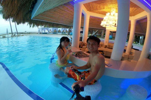ホテルのプールバー