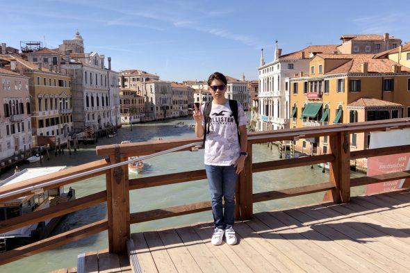 ベネチアの運河にかかるアッカデーミア橋の上にて