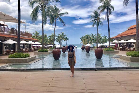 「フラマ リゾート ダナン」のプールとプライベートビーチを背景に