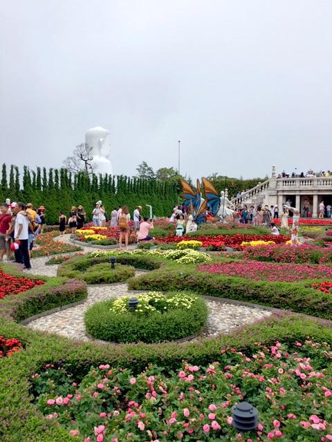洋風な庭の奥には仏像