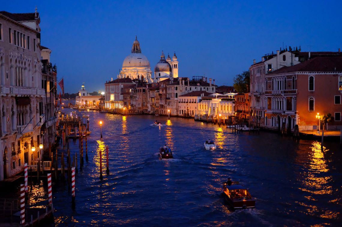 ベネチアの雄大な運河