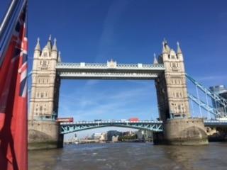 水上バスから眺めたタワーブリッジ