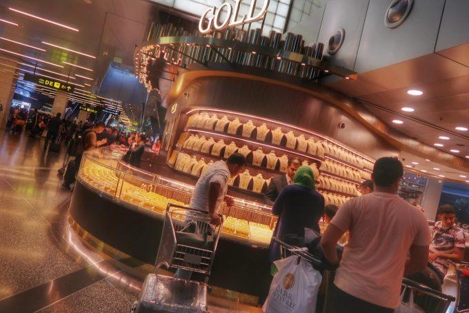ハマド国際空港の金の専門店。ピアスはど7000円くらいからありました