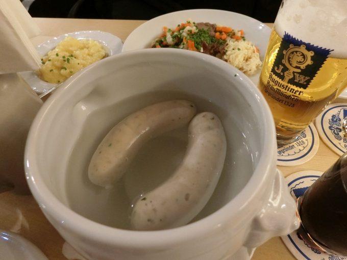Angustiner brau munchen にて。白壷に入ったウィンナー