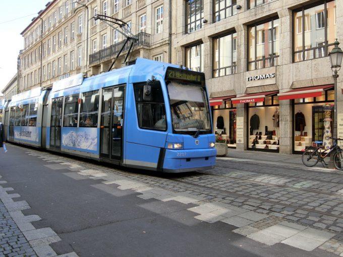 街中を走る青いトラム