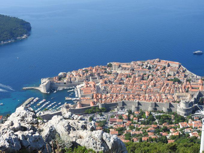 眼下に広がる旧市街とアドリア海の素晴らしい景色
