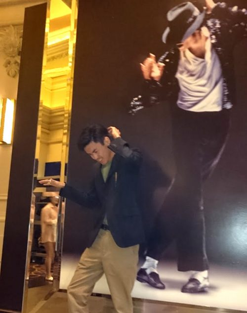 マイケルの写真の前で