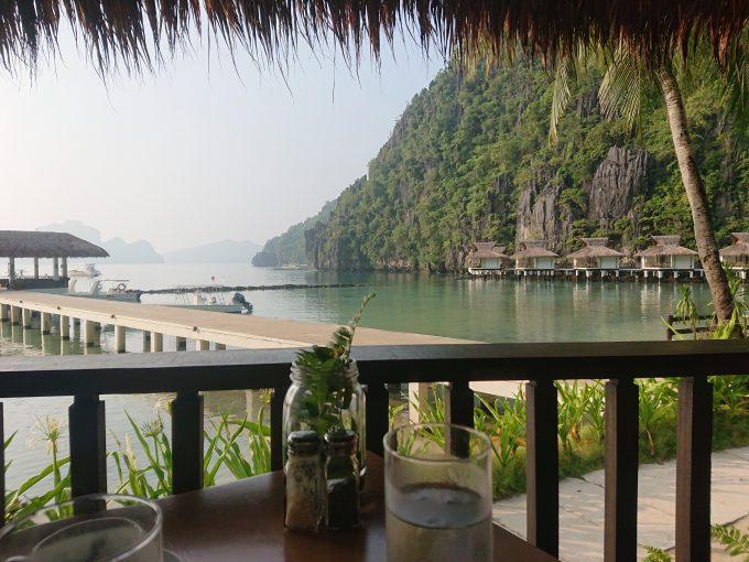 海と島を眺めながら朝食