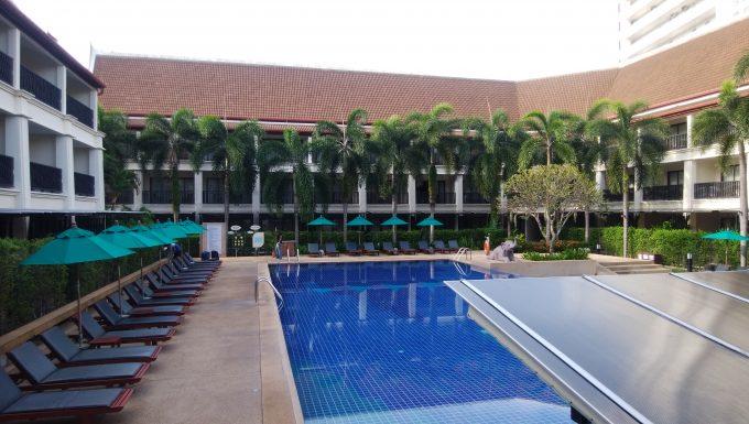 ホテルのレストランからプールとお部屋