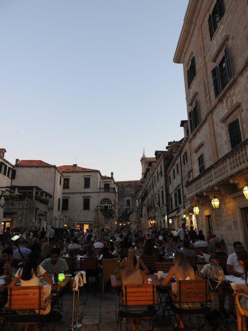 サマーフェスティバル中で街はたくさんの人と音楽で賑わっていました