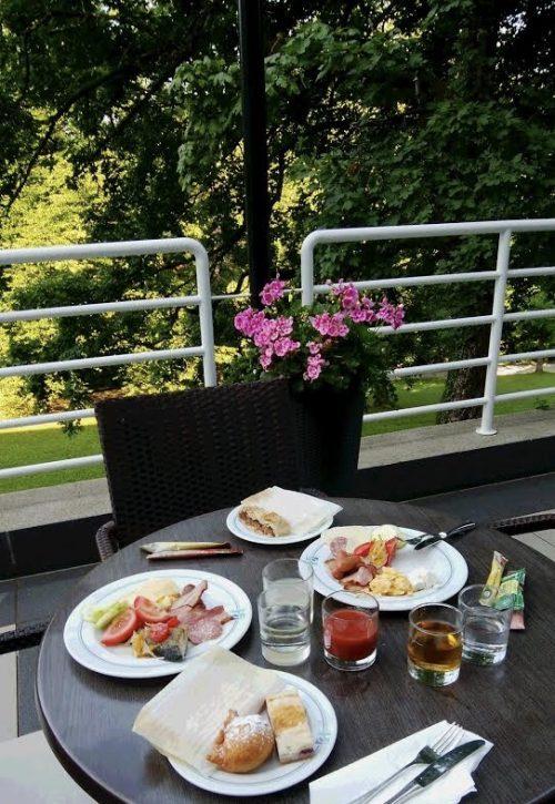 緑いっぱいのテラス席にて、大自然の中での朝食は贅沢!