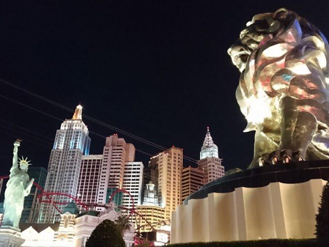 「MGM グランド ホテル & カジノ」のシンボル、ライオン像