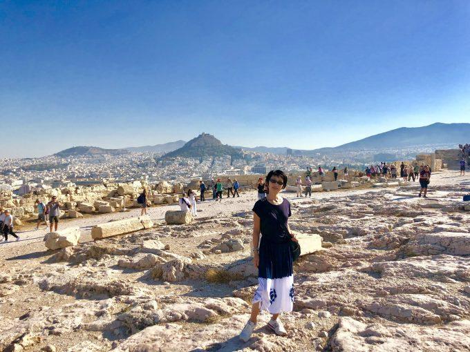 アテネ・オリンポスの丘に立つ