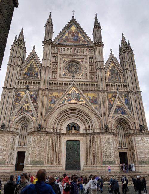 立派な佇まいの「オルビエート大聖堂」