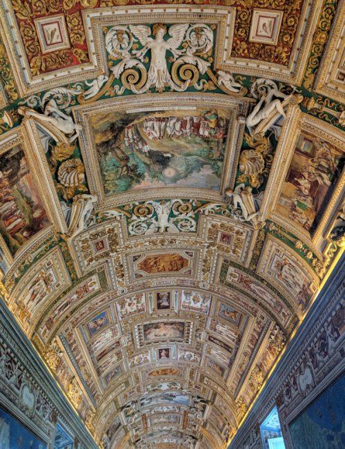 バチカン美術館の豪華な天井と壁