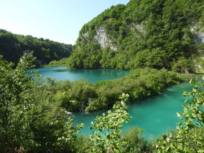 エメラルドグリーンの湖の綺麗さに感動!