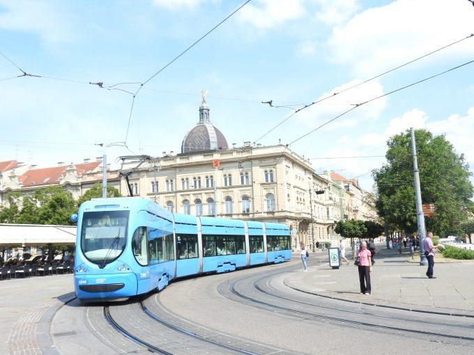 青いトラムが走る ザグレブの街並み