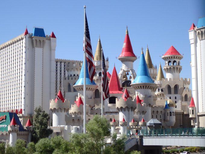 ラスベガスの「エクスカリバーホテル」。まるでディズニーのお城のような外観!