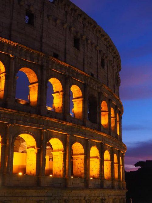 夕焼けに染まるコロッセオ
