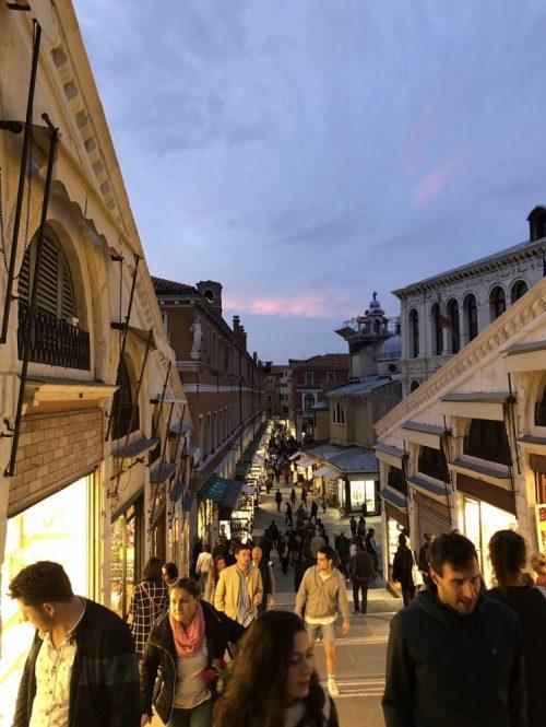 ベネチアは人が多いと聞いていましたが、これほどとは!