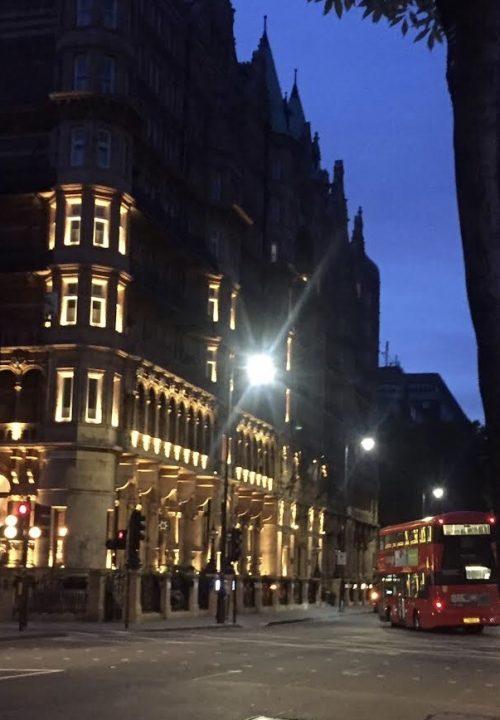 ホテルを出てすぐのロンドンの街並み
