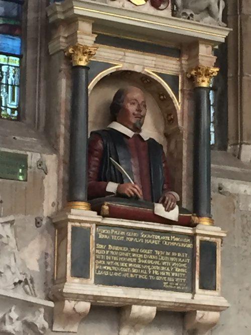 教会内のシェイクスピアの彫像