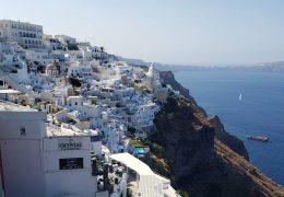 断崖にかわいらしい家々がひしめくサントリーニ島