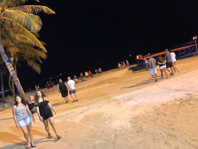 夜のパトンビーチ