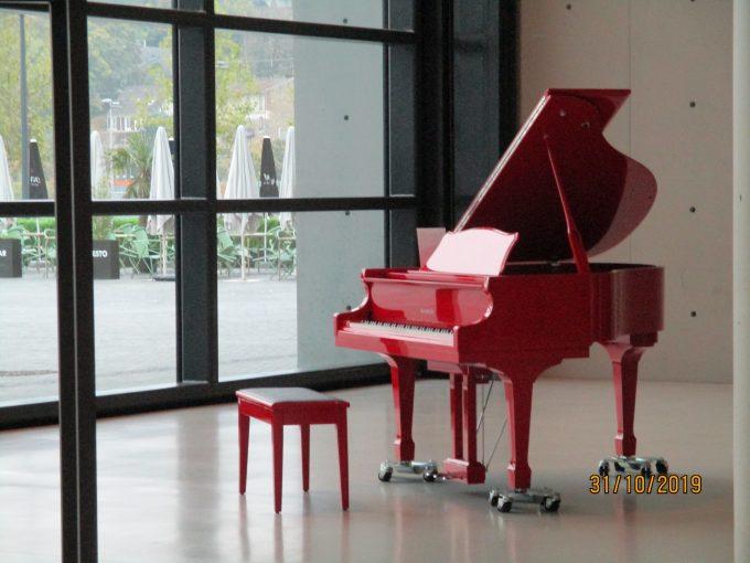 La Seine Musicale内の赤いグランドピアノ