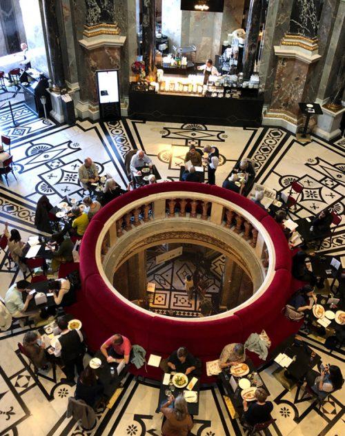 上の階から見下ろす美術史美術館のカフェ