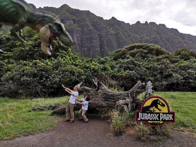 恐竜に驚いたふりして記念撮影!(笑)