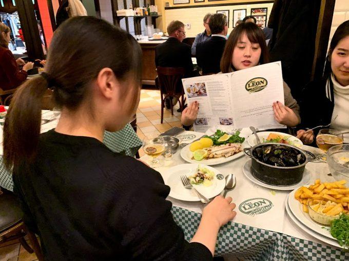 夕飯はムール貝のレストラン「シェ・レオン」へ