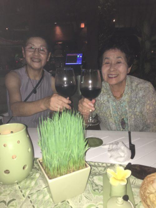 ホテルのレストランで皆でワインを楽しみました