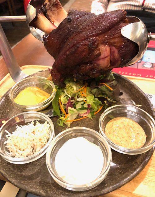 チェコの名物料理「豚の膝」