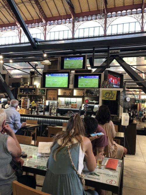 中央市場ではサッカー観戦で盛り上がっていました!