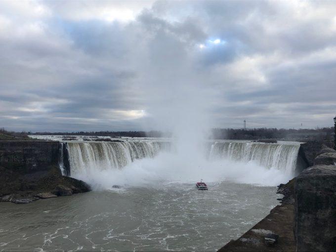 「マリオット・オン・ザ・フォールド(Marriott on the falls)」の部屋から見渡せる滝