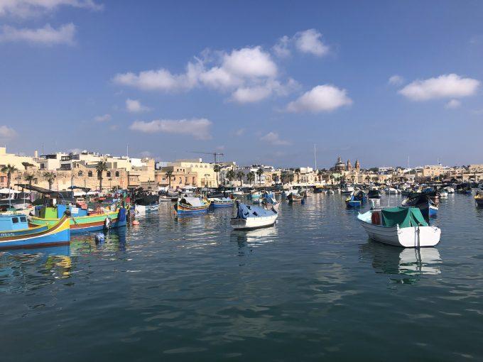 漁村マルサシュロック。沖にカラフルな小舟がたくさん停泊