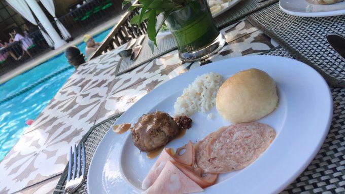 モンテベロヴィラホテルのプールサイドでの朝食