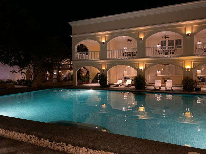 ホテル、夜のプール