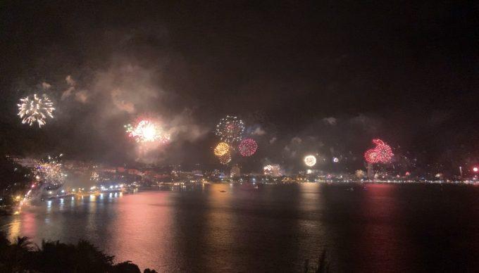 ホテルの部屋でカウントダウン!新年の花火を眺めました