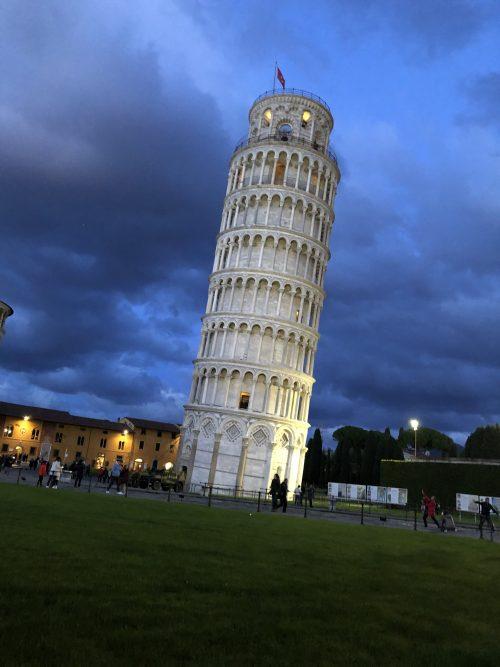 実際見るとかなり傾いている「ピサの斜塔」