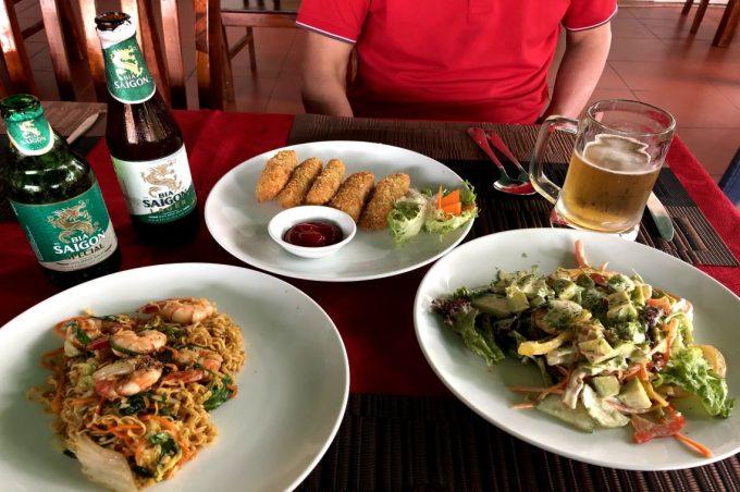KING KONG MART前のローカルレストラン昼食