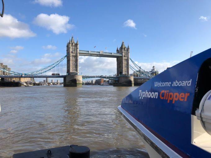 ビックベンの近くの水上バス停留所からtowerという停留所まで水上バスに乗ると、ロンドン塔へ行けます