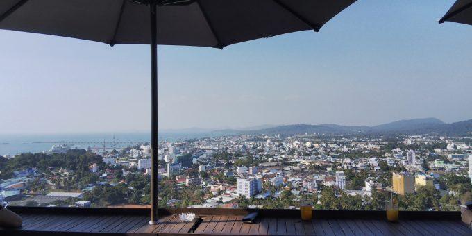 高台にある「chuon chuon bistoro & bar」