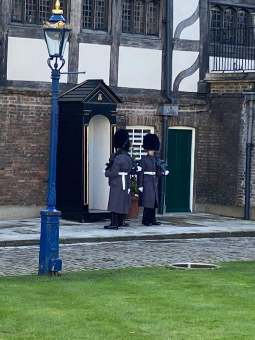 ロンドン塔、ここでも衛兵交代が見られます!