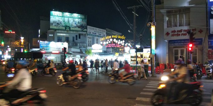 通りはバイクが多く、横断するのも大変!