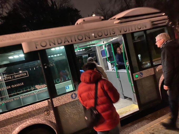 凱旋門からの送迎バスに乗り、行くのが一番ラクな方法です。