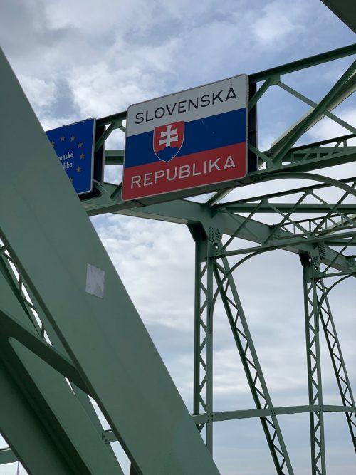 歩いて橋を渡ってスロバキアへ!